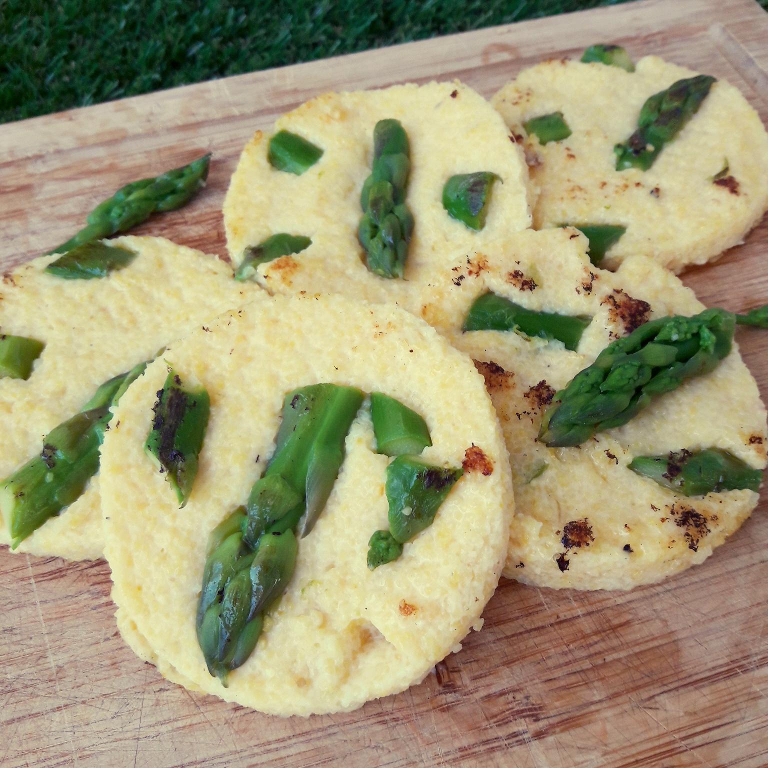 Galettes de polenta aux asperges