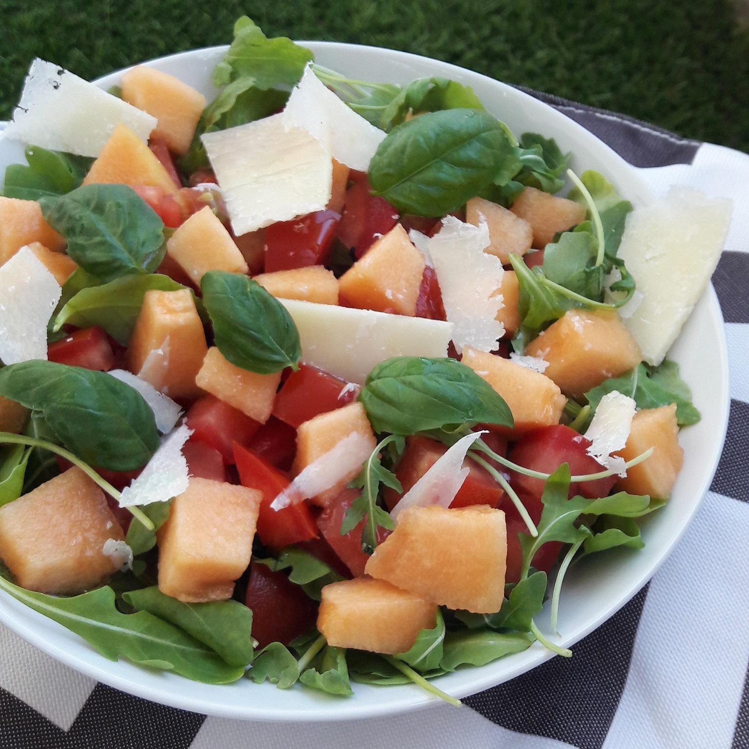Salade d'été au melon et parmesan