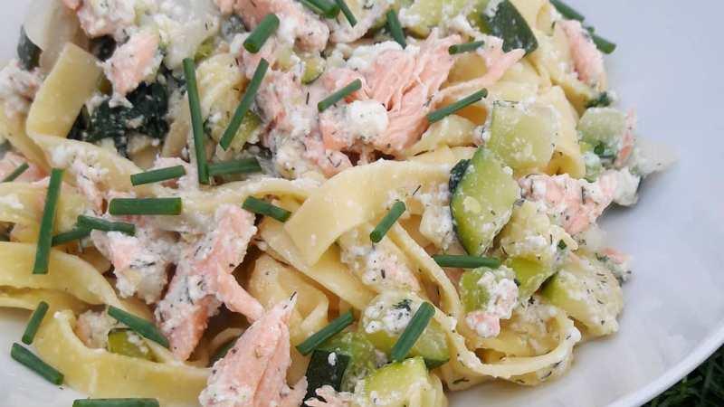 Tagliatelles au saumon, courgettes et épinards frais