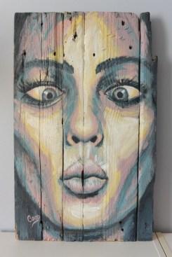 portrait-femme-grimace-peinture bois