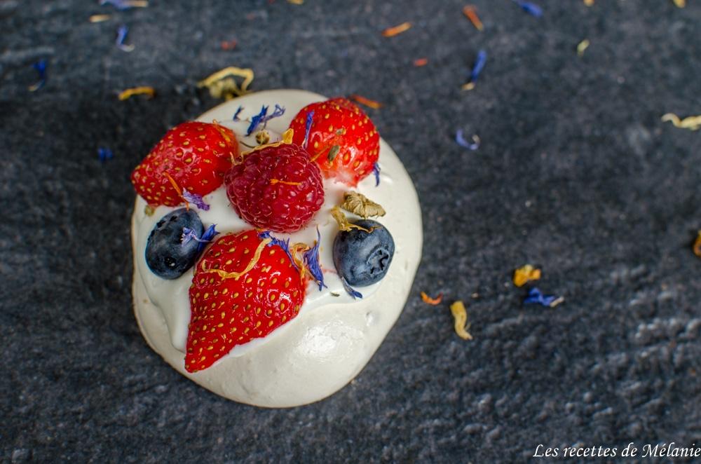 Pavlova aux fruits rouges et fleurs