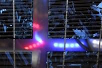 """Quand le drône (invisible pour le visiteur) s'allume à l'intérieur du prototype de cube en panneaux solaires ; """"Studiolo"""", Erik SAMAKH, 2015 ; expo de fin de """"Résidence de l'Art en Dordogne""""-Biennale EpHémères #5 ; château de Monbazillac ; photo ©Les Rives de l'Art"""