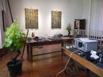 """Atelier de l'artiste... """"Studiolo"""", Erik SAMAKH, 2015 ; expo de fin de """"Résidence de l'Art en Dordogne""""-Biennale EpHémères #5 ; château de Monbazillac ; photo ©Les Rives de l'Art."""