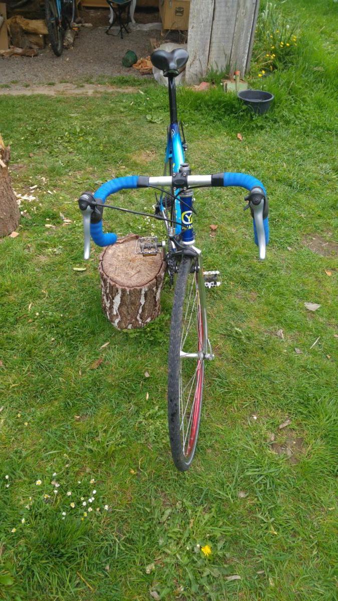 Un vélo rapide avec pneus confort sur base de cadre acier breton
