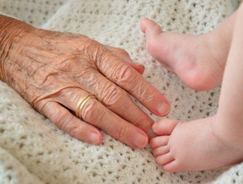 mains grand-mère pieds bébé