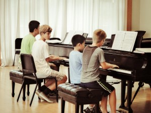 adolescents-au-piano-quatre-mains