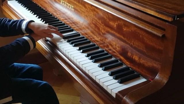 Initier les enfants aux déplacements au piano