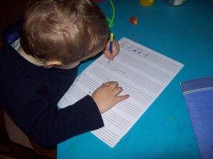 Enfant écrivant de la musique