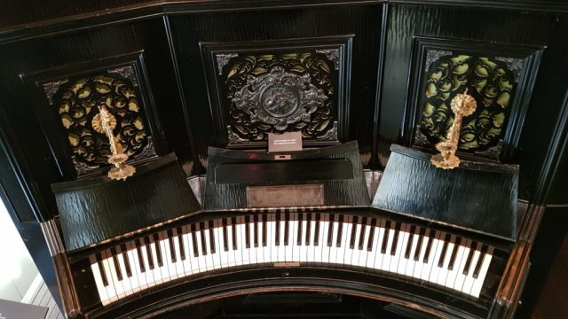 Piano à clavier arrondi de 1882