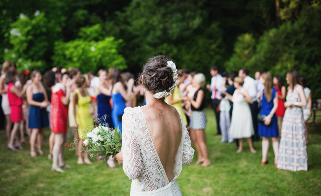 wedding-bouquet-toss