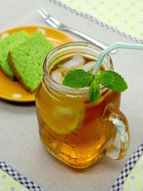 Thé vert glacé infusé à froid avec du citron et de la menthe