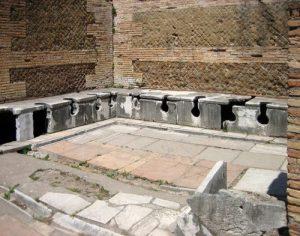 Latrine a Ostia Antica (da Wikipedia)