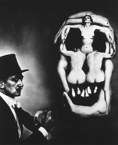 Salvador Dalì e il teschio di nudi (foto di Philippe Halsman)