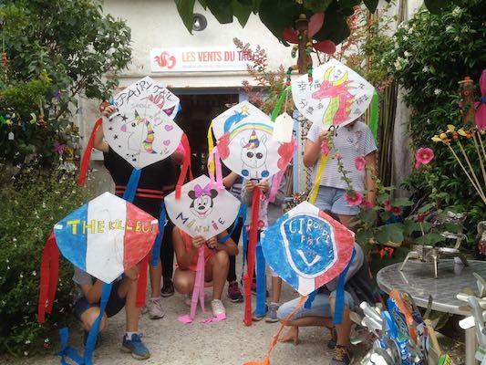 Groupe d'enfants en atelier cerfs-volants à Talmont-sur-gironde