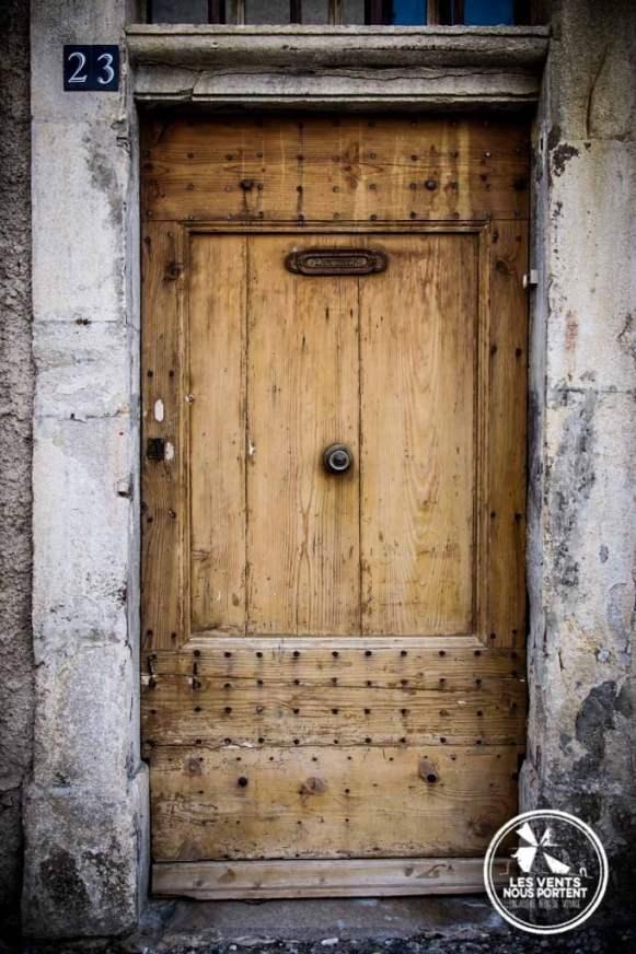 Vieille porte à Montolieu Village du Livre France