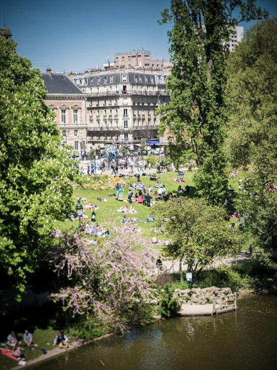 vue aérienne au parc des buttes-chaumont à paris