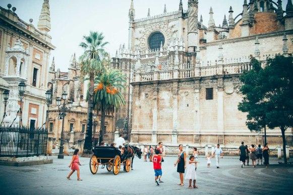 calèches sur la place de la cathédrale de seville, voyage en espagne