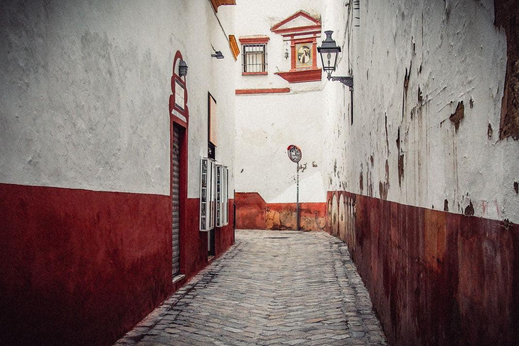 Ruelle rouge et blanche dans le quartier Juif à Séville, Voyage en Espagne