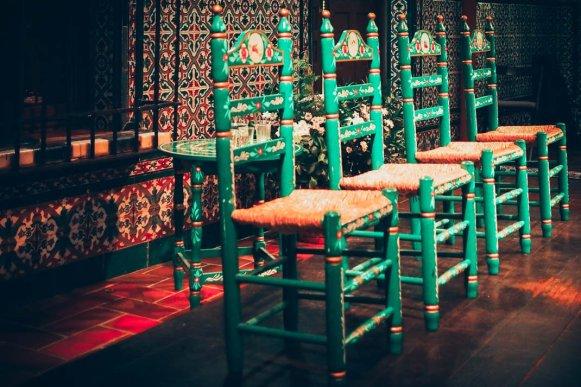 Chaises traditionnelles à la casa del flamenco à seville, voyage en espagne