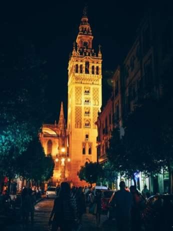 La tour giralda éclairage nuit depuis la rue à seville, voyage en espagne