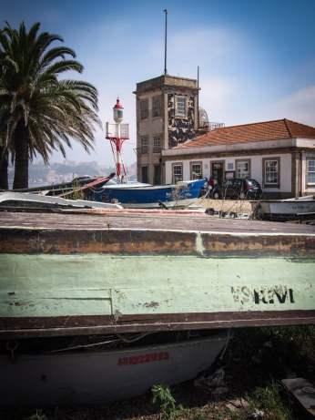 ambiance barque et palmier en arrivant sur le plage de porto voyage portugal