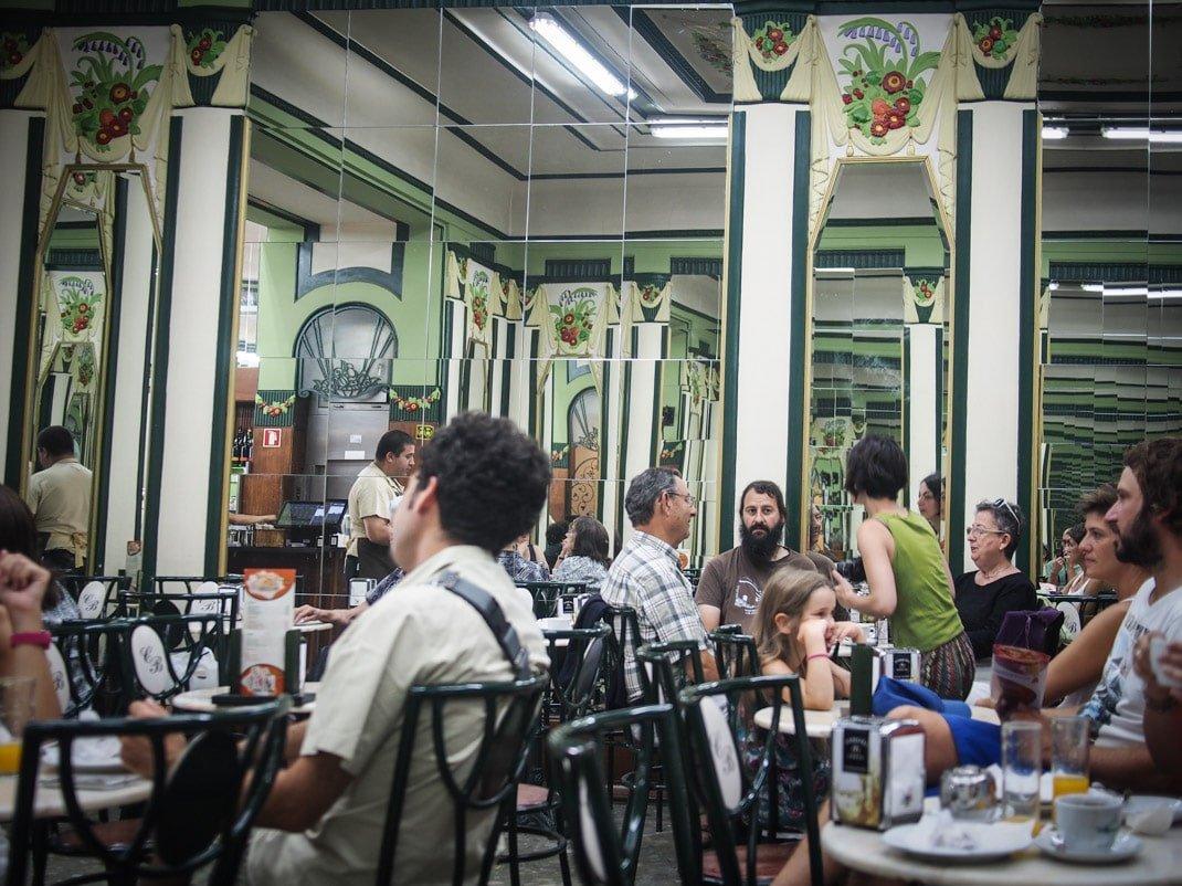ambiance a a la cafeteria do bolhao a porto voyage portugal
