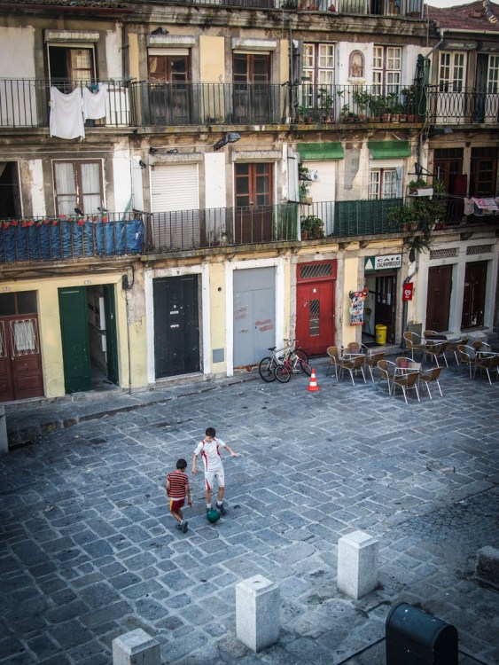 enfants jouant au foot sur une place a porto voyage portugal