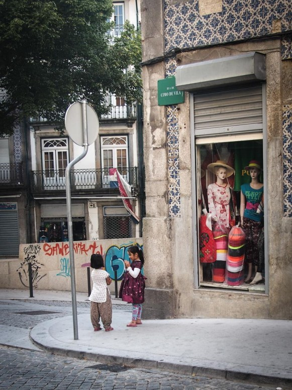 petites filles parlent au coin de la rue a porto voyage portugal
