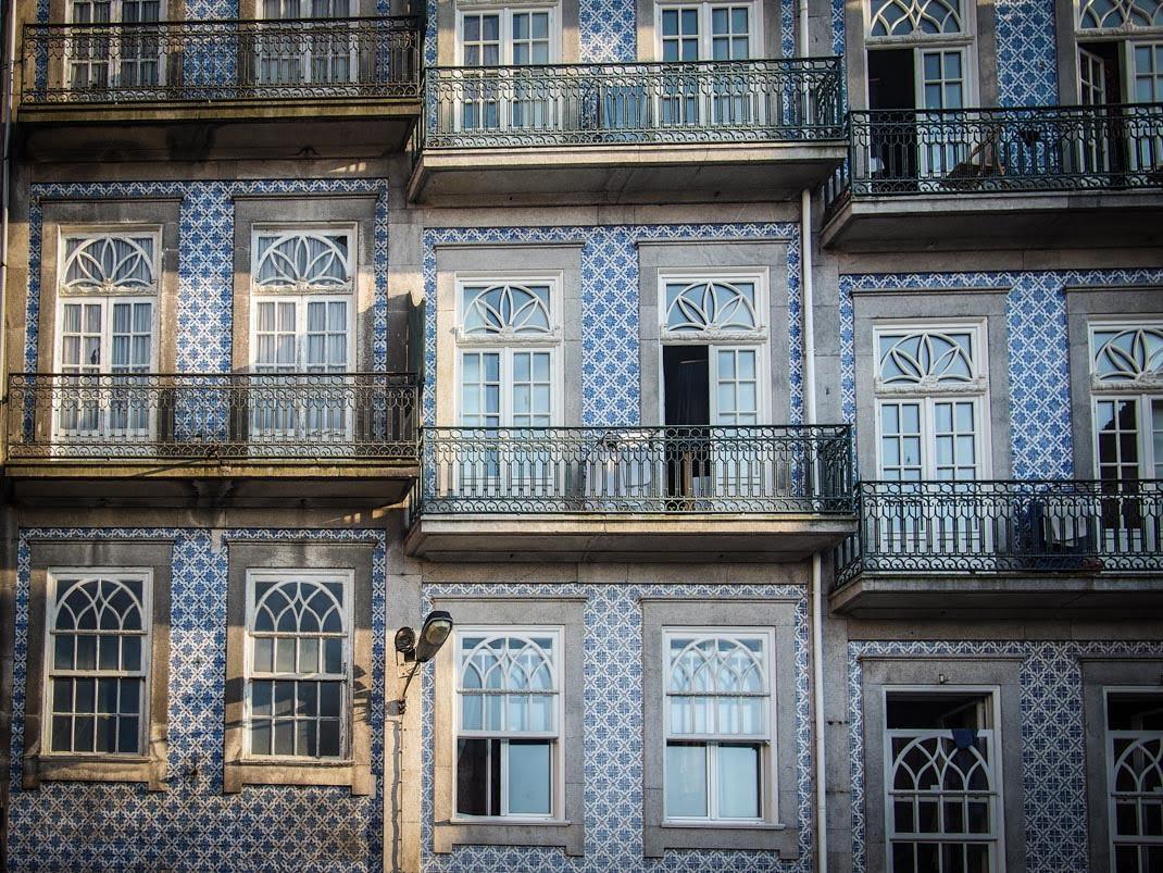 balcons et azulejos a porto voyage portugal
