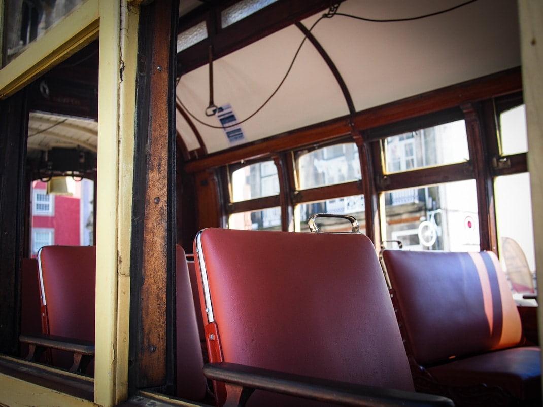 les sieges en cuir rouge du tramway en bois de porto voyage portugal