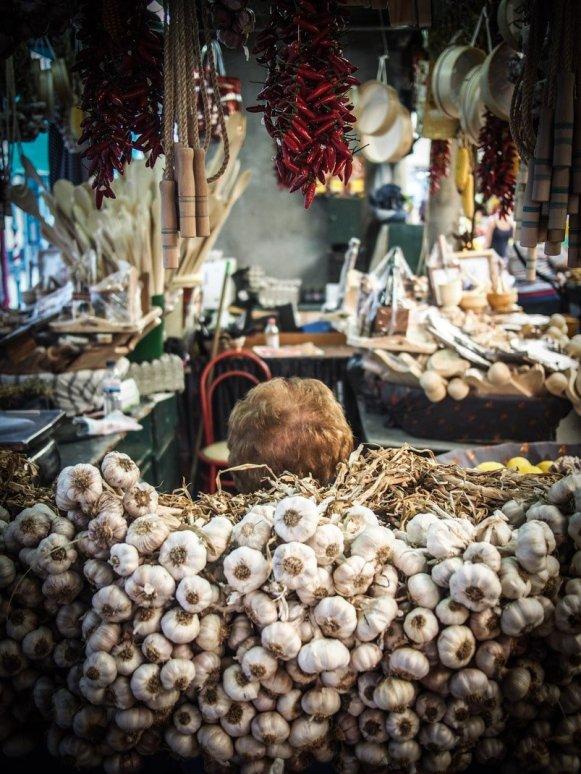 vendeuse cachee derrière les gousses d'ail au marche do bolhao a porto voyage portugal