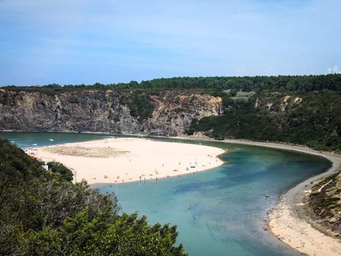 vision paradisiaque de la page de odeceixe entre océan et riviere en voyage algarve au portugal