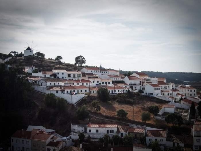 vue du village de odeceixe avec son moulin et ses maisons blanches algarve portugal