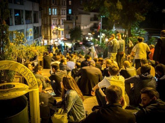 les jeunes stambouliotes sortent le soir a galata a istanbul en turquie