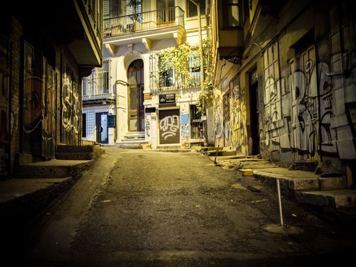 rue de galata deserte la nuit a istanbul en turquie