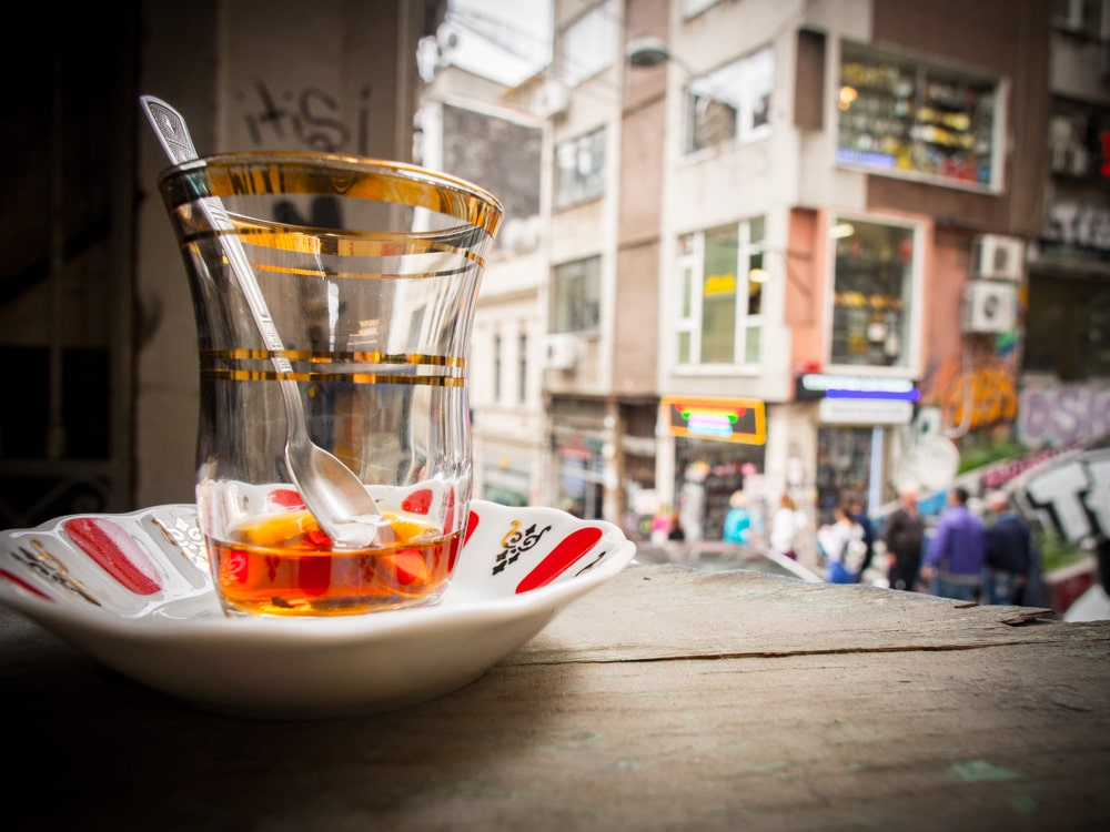 verre-the-chai-abandonne-rue-galata-voyage-istanbul-turquie