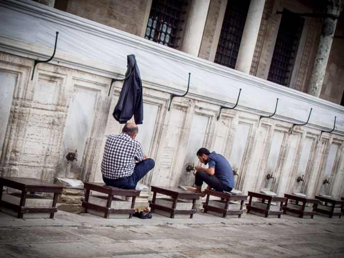 hommes ablutions mosquee solimane istanbul voyage turquie