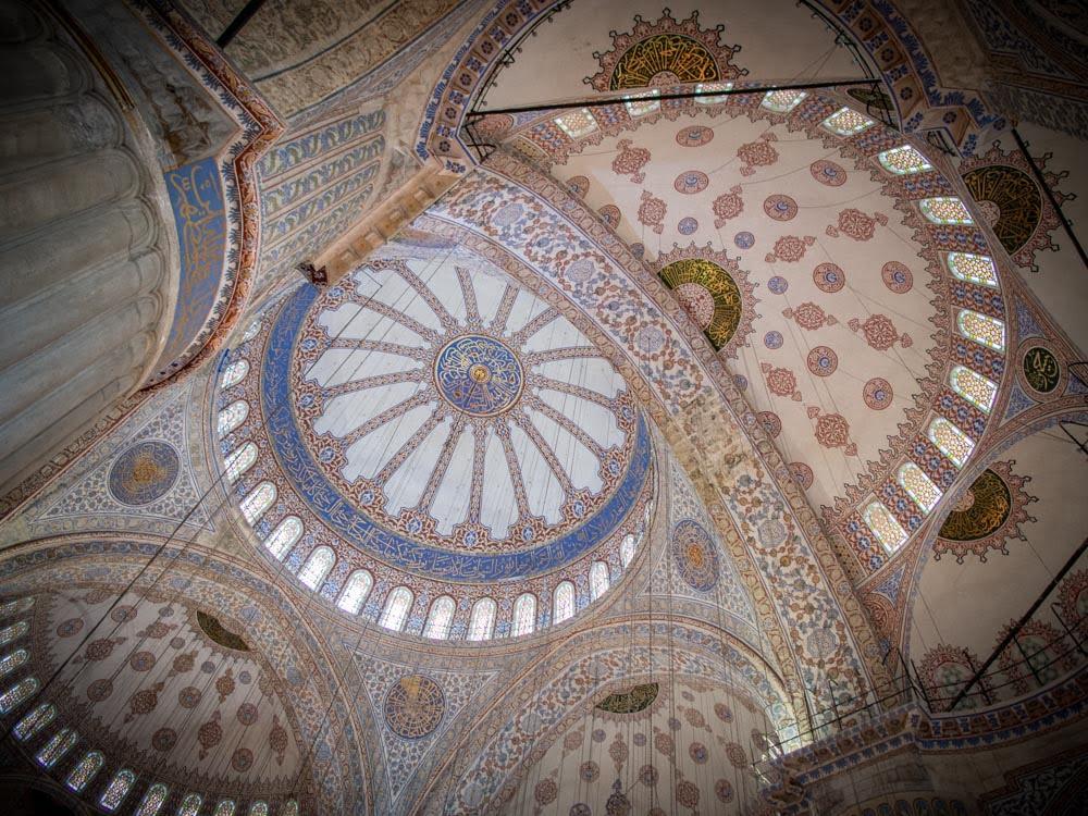 plafond de la mosquée bleue à istanbul lors d'un voyage en turquie