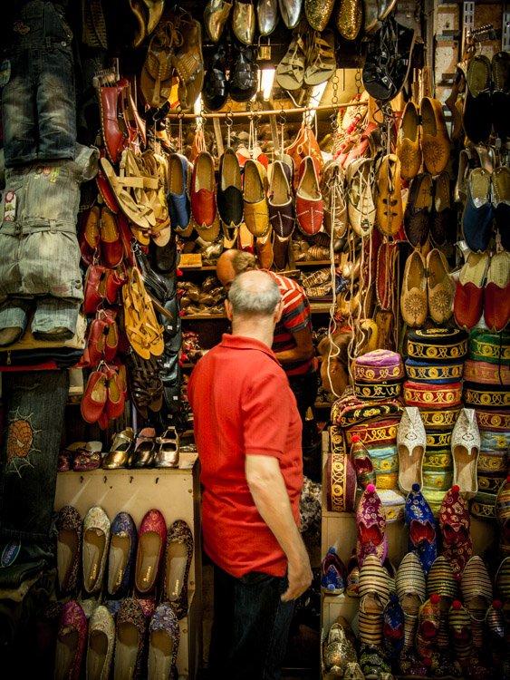 vendeur de babouches au grand bazar d'Istanbul lors d'un voyage en turquie