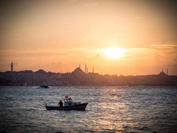 petite bateau sur le bosphore et coucher de soleil sur sultanahmet à istanbul