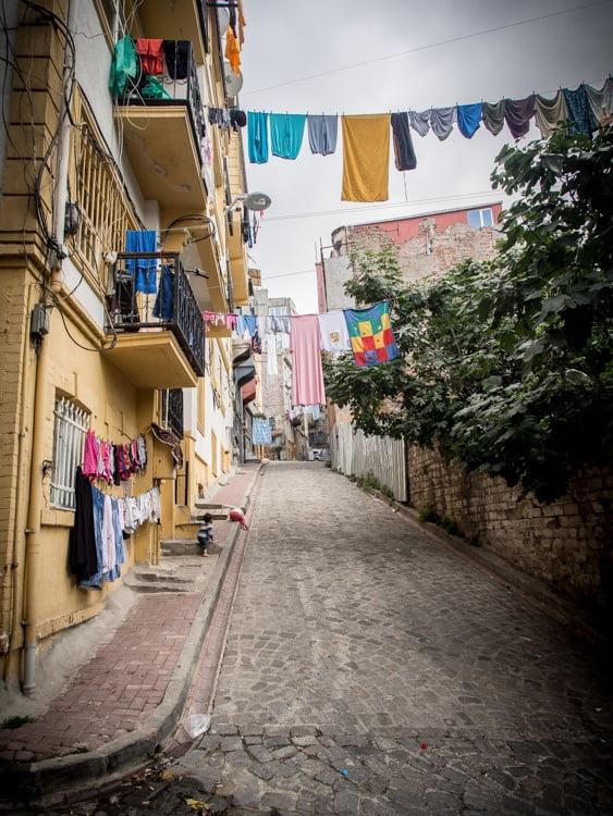linge étendu dans une rue de Fener à Istanbul
