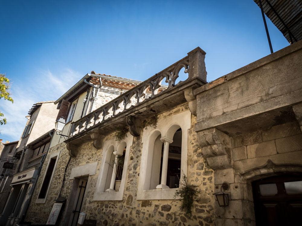 detail de la façade d'une maison à l'intérieur de cite de carcassonne patrimoine mondial unesco
