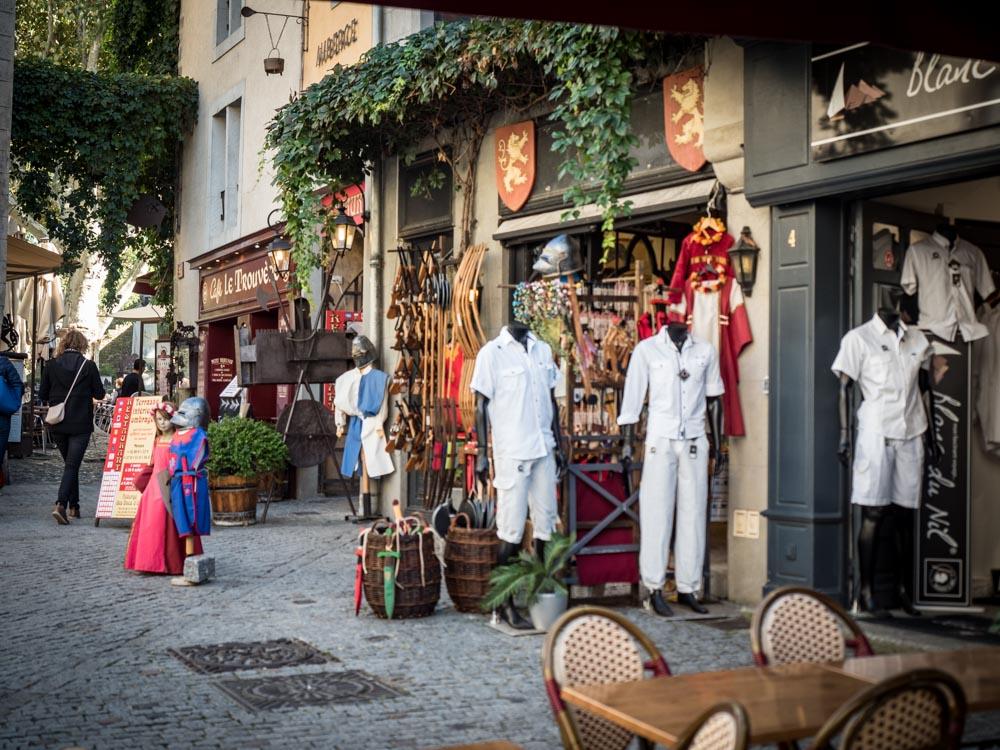 des costumes médiévaux dans la cite de carcassonne patrimoine mondial unesco