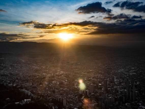 sublime coucher de soleil sur bogota depuis le monserrate en colombie