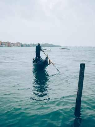 gondolier sur la lagune de venise