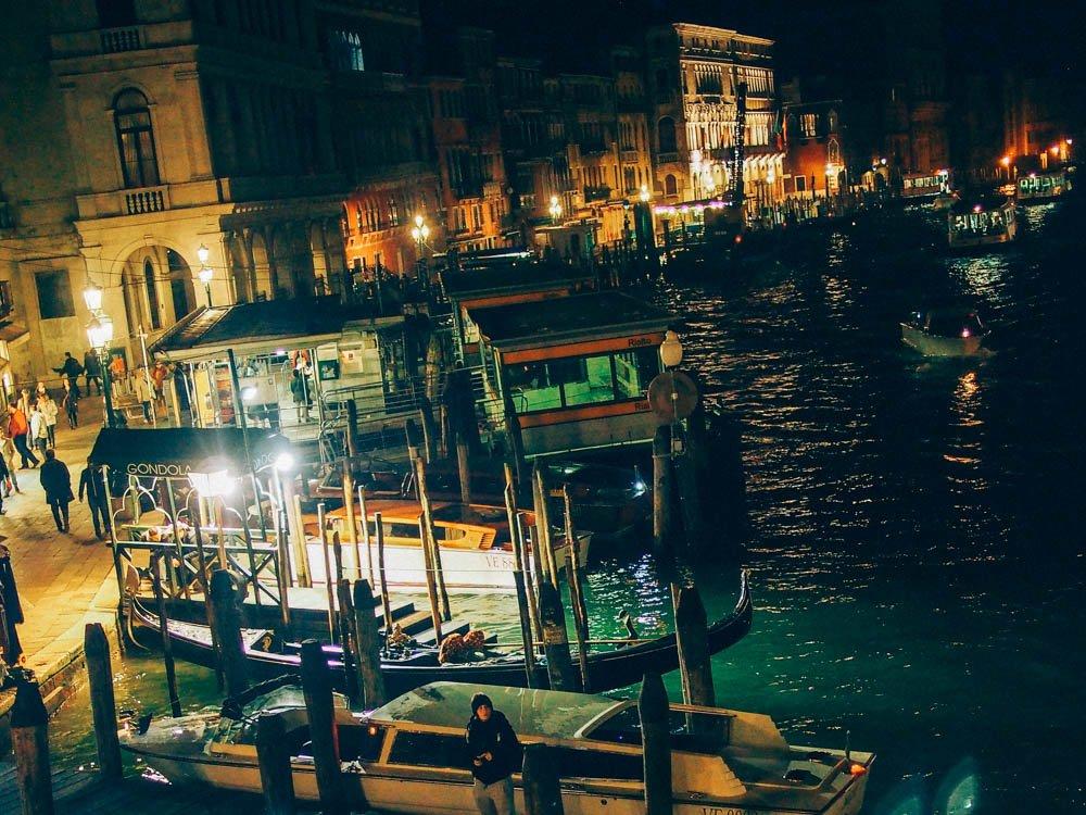 grand canal et son activité la nuit à venise en italie