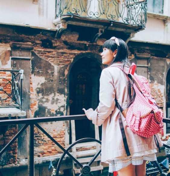 japonaise en écolière lors d'un voyage à venise