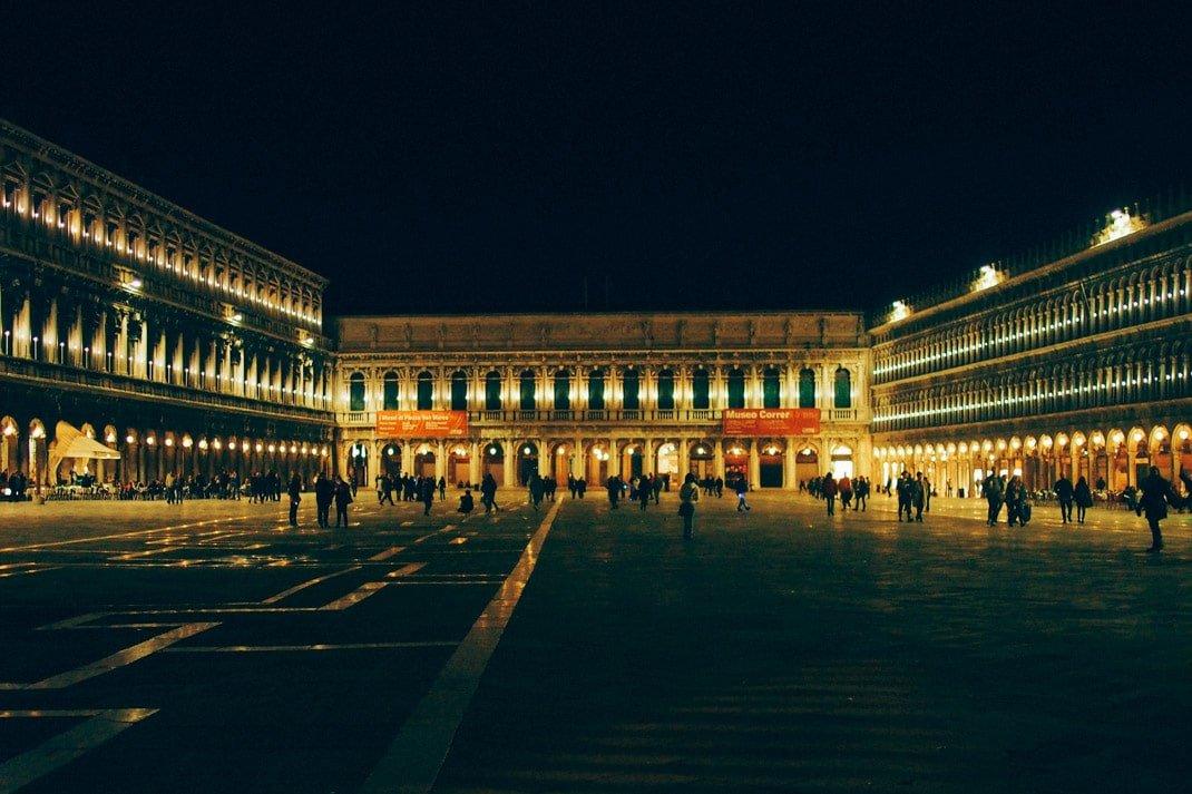 la place st marc lors d'une visite de nuit à venise lors d'un voyage en italie