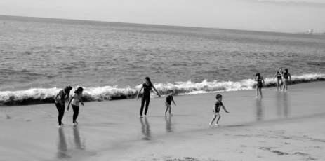 chilien sur la plage de valparaiso