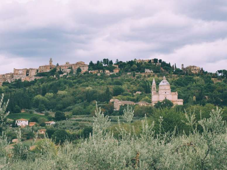 vue de montepulciano dans le val d'orcia en toscane